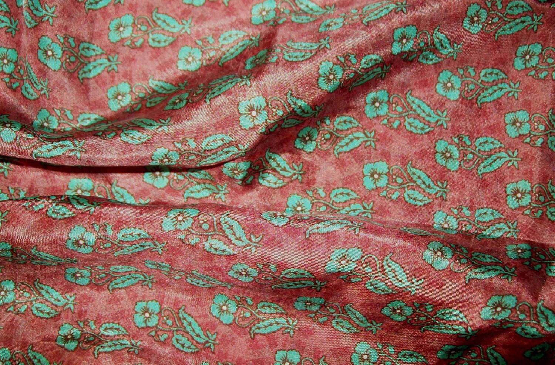 VENTE ancien tissu soie rouille avec des fleurs verts bleu bordure avec bordure bleu vague verte sur lisières 072d60