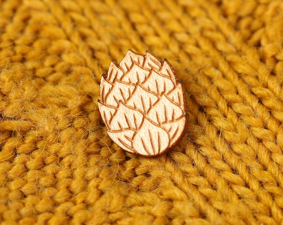 Hop flower pin made of lasercut maple wood - graphic jewelry for beer lover or brewer - zythology brooch - original unisex gift