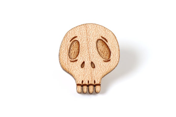 Skull pin made in lasercut maple wood - macabre brooch - gothic dark jewelry - halloween gift - Day of the Dead - unisex accessory - Vanitas