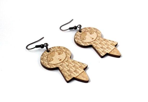 Yagasuri doll earrings - matriochka jewelry - kokeshi jewellery - Japanese pattern - lasercut maple wood - arrows - graphic - cute - kawaii