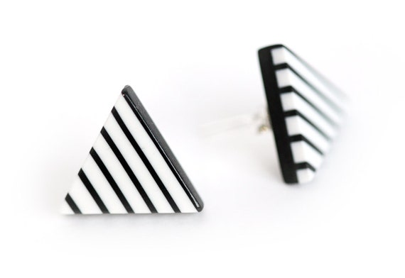 Minimalist triangle posts earrings in polymer clay - striped black and white - stud earrings - surgical steel and silicone stoppers