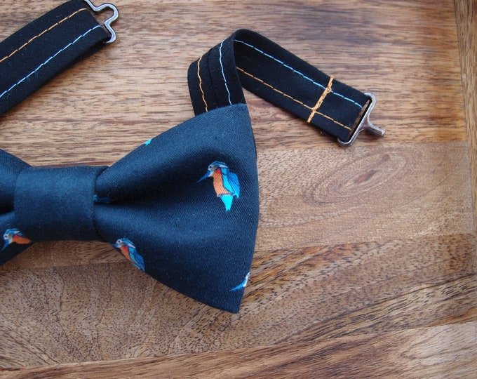 Dark blue boys bow tie with little hummingbirds, kids bow tie with adjustable length, little ring bearer outfit