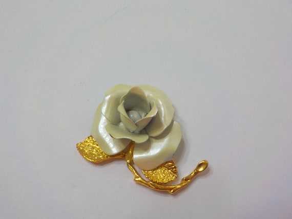 Vintage Giovanni Pearlescent Rose Brooch (3298) Go