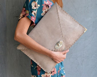Large Soft Symmetria Clutch in taupe gray