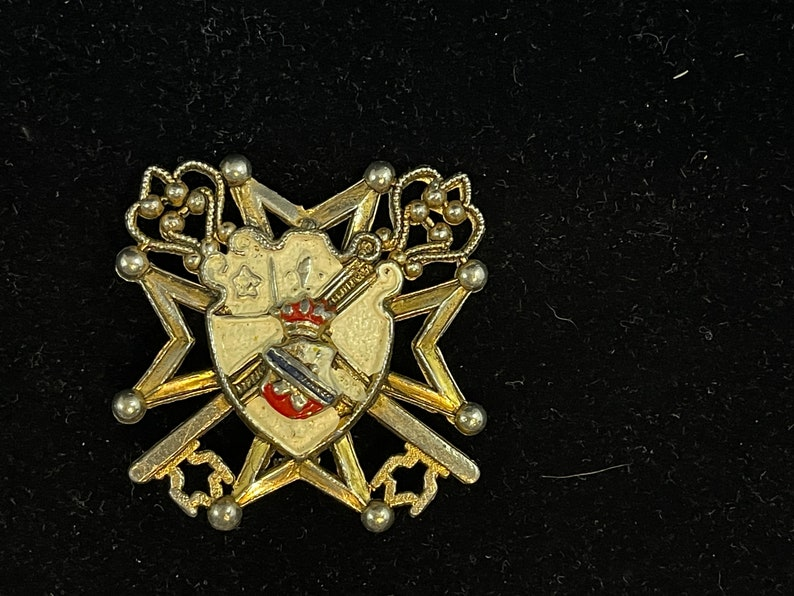 Features Shield Coat of Arms Gold Tone Metal Shows Some Wear Heraldic Brooch Keys
