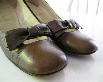 VINTAGE. brown. BOW. pumps. 1960s. LEATHER. Size 7 narrow.