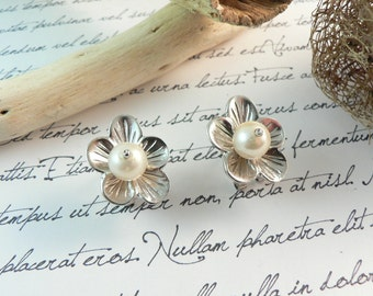 Rhodium plated sterling silver earrings with natural pearl