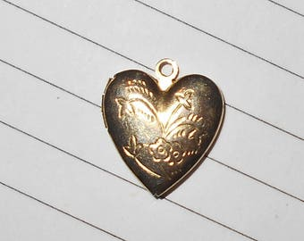 etched heart picture locket 1960s vintage fashion jewelry