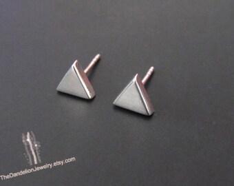 Petit Triangle boucles d'oreilles, boucles d'oreilles Triangle, argent Sterling boucles d'oreilles, boucles d'oreilles, bijoux, cadeau, boucles d'oreilles minimalistes