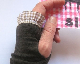 Arm warmers, fingerless gloves in Brown with Plaid ruffle
