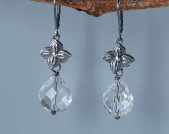 Klar Quarzohrringe mit Blume, klare Blumen Ohrringe in Silber, Quarz botanischen Ohrringe, Ohrringe Aussage für sie, Graduierung