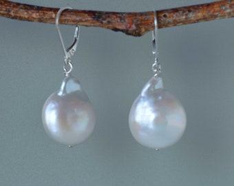 Große barocke Perle Ohrringe in Silber, Münze Form barocke Perle Ohrringe, weiße Perle Ohrringe, Braut Ohrringe, große Perlen