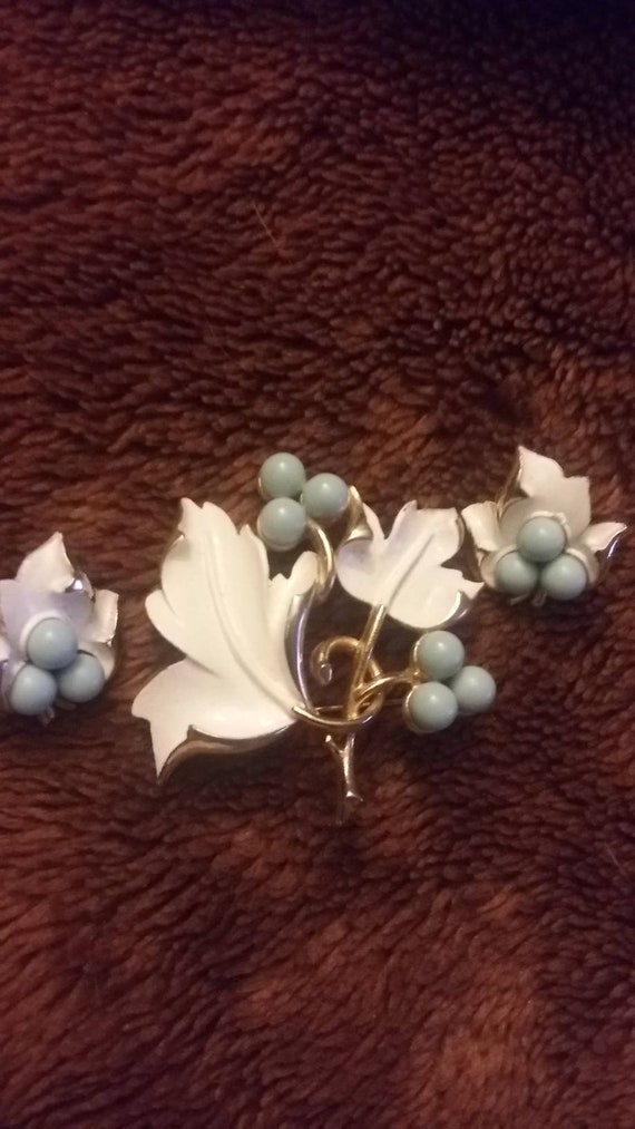 metal floral blue spring Sarah Coventry vintage enamel brooch white Mid century retro baby blue grapes berries leaves summer