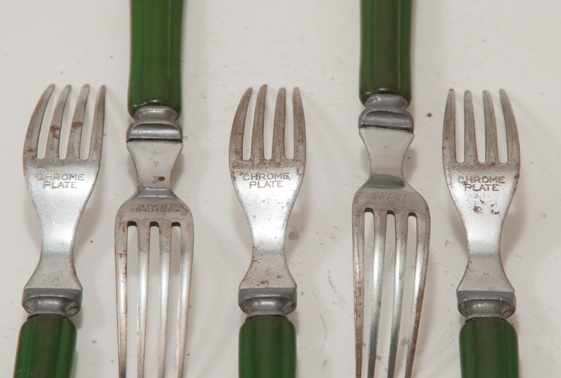 11 pièces de coutellerie en bakélite vert, 6 couteaux, 5 fourchettes, rétro, cuisine, midcentury