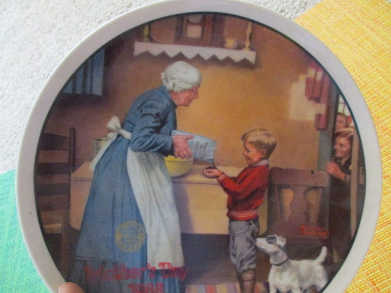 Very good Eleventh in Annual Mother/'s Day Series Norman Rockwell Pantry Raid  collector plate Knowles Bradford Exchange China Galore