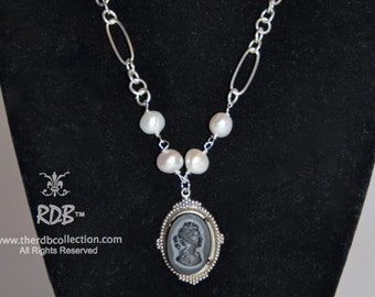 Black Cameo and Pearl Necklace - Camée Noire