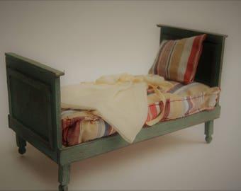 Single bed incl. matrass, pillow and dress 1:12