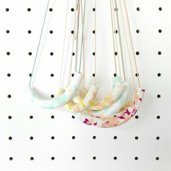 Sautoir réglable / tube blanc et pastel / fil de soie
