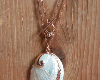 Twisted rose gold tone chain with guilted pearly sea shell with Ton Petit Bijou (your little jewel) toggle