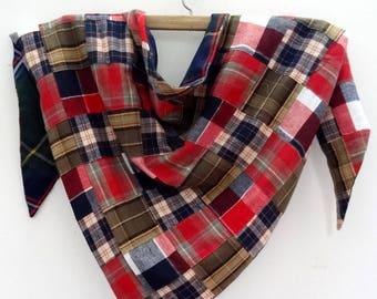 7d2ff182b70fd ECHARPE triangle , grand châle pointu , en patchwork de lainage rouge noir  et kaki doublé ecossais bleu et vert