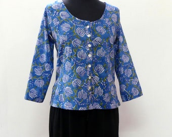 Tunic top short sleeve 3/4 in lightweight cotton, fully buttoned front, blue printed flowers