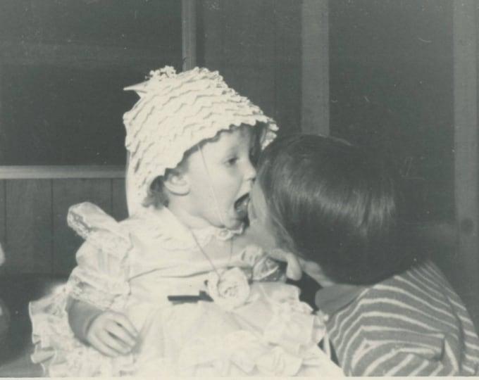 Vintage Snapshot Photo: Kiss, 1950s (75575)