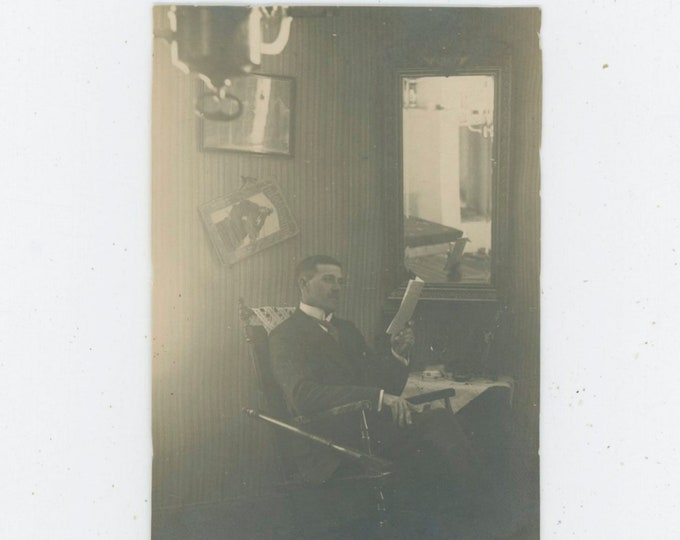 Vintage Snapshot Photo: Man Posed Reading By Mirror, Gaslight, Early 1900s [91769]