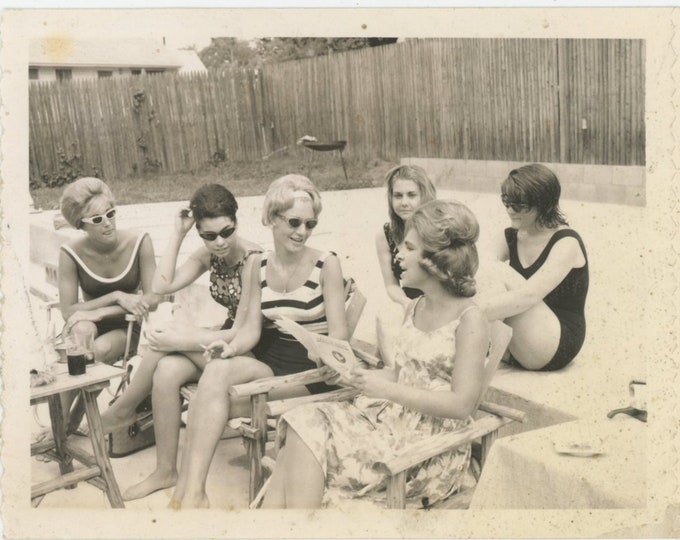Vintage Polaroid Snapshot Photo: Conversation, 1960s [93792]