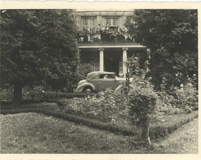 Face in Car Window, Peekaboo: Vintage Snapshot Photo [85672]
