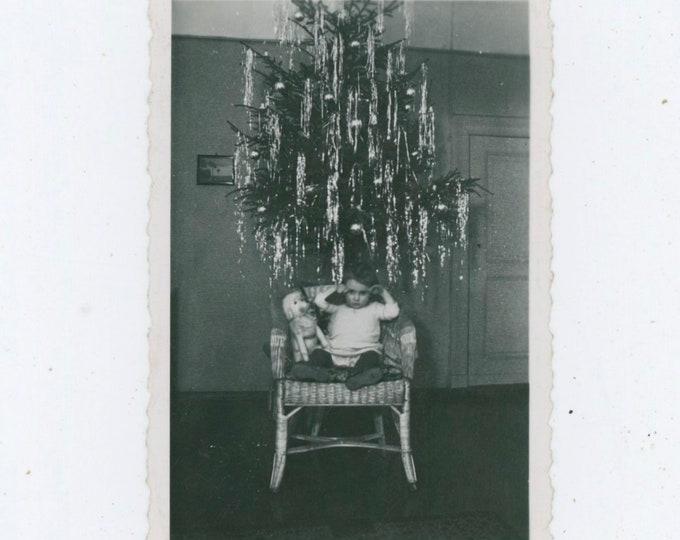 Vintage Snapshot Photo: Small Child, Stuffed Dog Under Tinsel Xmas Tree [812755]