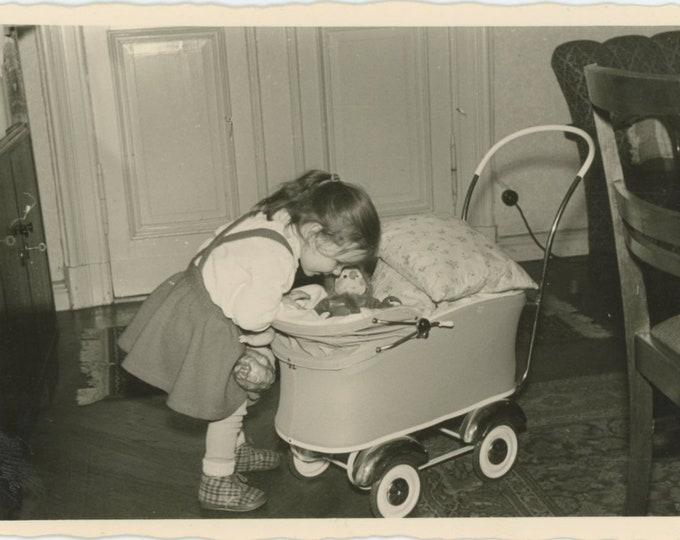 Vintage Snapshot Photo: A Good Mom (87700)