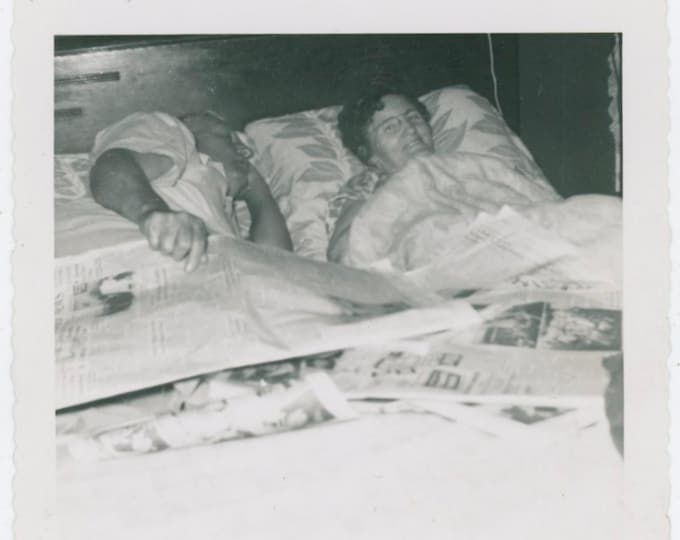 Vintage Snapshot Photo: Sunday Papers, c1950s [812761]