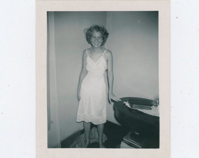 "Vintage Snapshot Photo: ""Amy [At Home] Jan.1952"" [810736]"