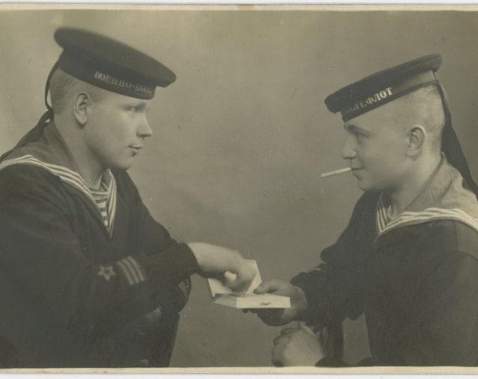 Vintage Photo: Soviet Sailors Share Cigarettes, 1940 [89726]