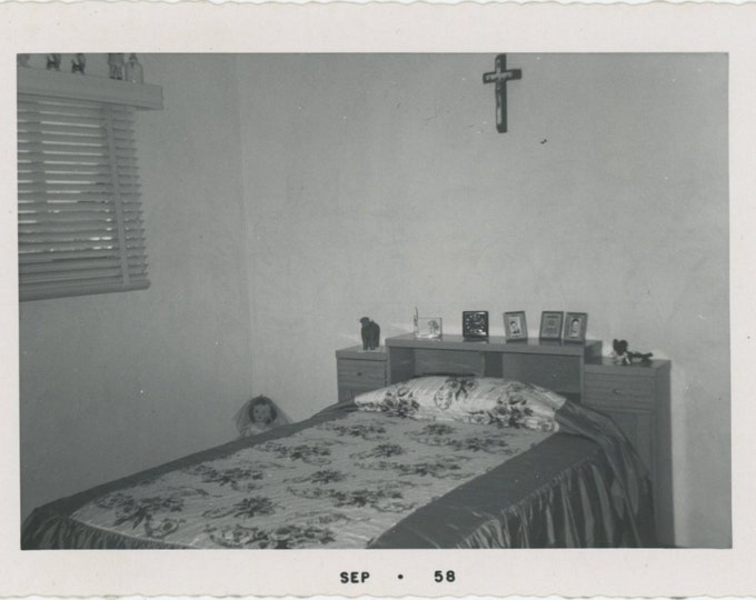 Vintage Snapshot Photo: Bedroom, Crucifix, Doll, 1958 (88713)