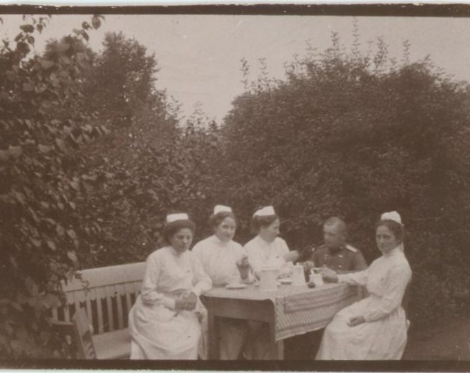 Vintage Snapshot Photo: Nurses & Military Officer Drinking Coffee, c1910s [86694]
