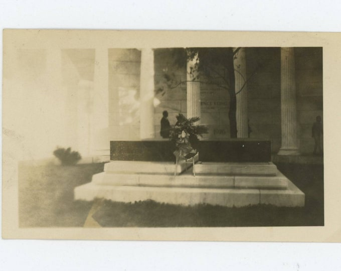 Vintage Snapshot Photo: President & Mrs. Harding Tomb, Marion, OH c1930s [81640]