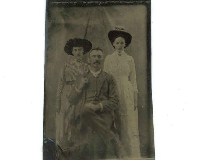 Tintype 1/6 Plate Antique Portrait Photo: Man & Two Women, 1800s (611518)