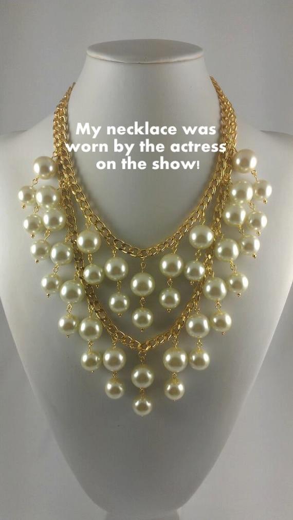 TV Two Broke Girls Caroline pearl necklace Netflix