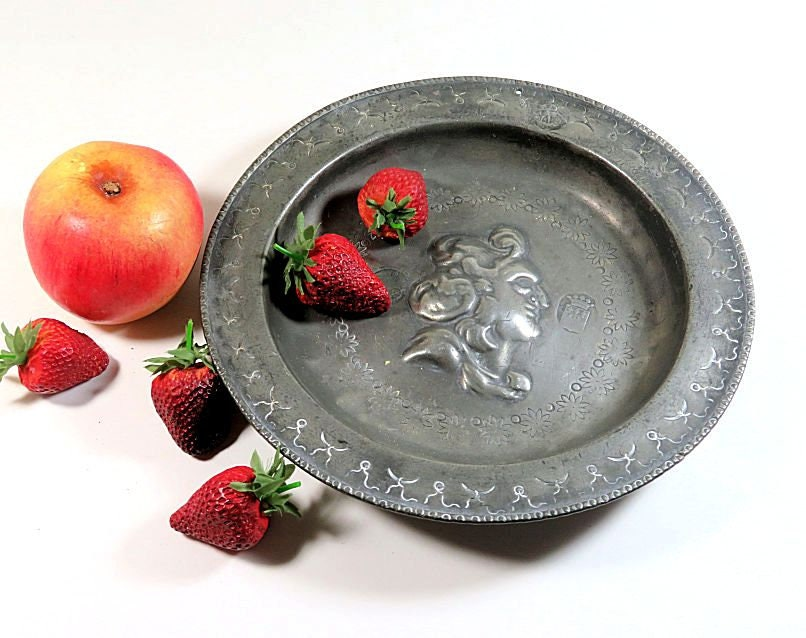 18th,Century,Antique,Georgian,Pewter,Shallow,Bowl,Dish,with,Central,Portrait,Housewares,Home_Decor,georgian_pewter,18th_c_pewter,english_pewter,antique_pewter_bowl,antique_pewter_dish,pewter_portrait_dish,repousse_portrait,english_metal_bowl,english_metal_dish,georgian_dish,georgian_bowl,18th_c_bowl,18th_c_dish