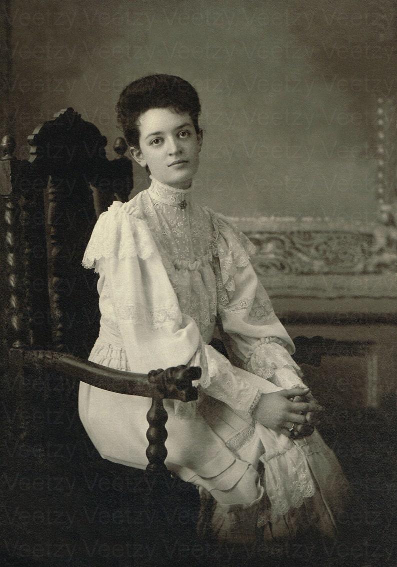 97d1520e90 Foto d'epoca di Download digitale - giovane donna vittoriana in un vestito  di pizzo bella seduta in un ritratto di Studio sedia elisabettiana