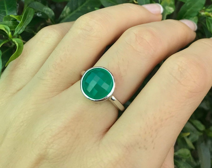 Green Gemstone Round Silver Ring- Green Onyx Stackable Ring-Faceted Green Chalcedony Ring- Simple Green Bezel Ring- Sterling Silver Ring