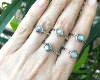 Labradorite Round Silver Ring- Stackable Labradorite Simple Small Ring- Iridescent Boho Stone Dainty Ring- Cabochon Labradorite Bezel Ring