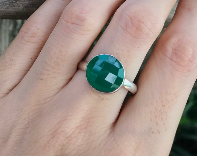Green Onyx Round Silver Ring- Green Stackable Simple Ring- Faceted Green Chalcedony Ring- Green Bezel Ring- Sterling Silver Ring Size 10