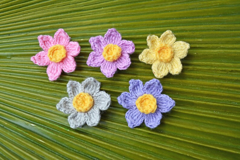 Crochet Daffodil Mini Alligator Clip // Petite Daffodil Hair image 0