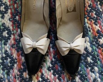 Amazing 1950s black pumps/ high heels/ stilettos with little white bows! Sz 7-8