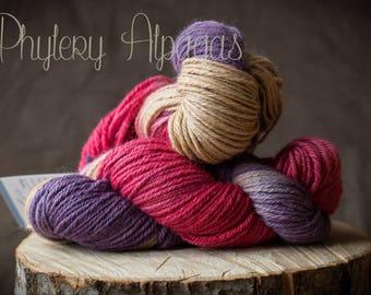 hand dyed alpaca yarn, violet pink. Teint main fil alpaga, violet et rose echeveau 155 gr