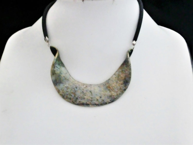 Wavy metallic necklace polymer pendant choker dotted painted with several colors metal paint hangs on 2 sides on 4 mm rubber base chain.