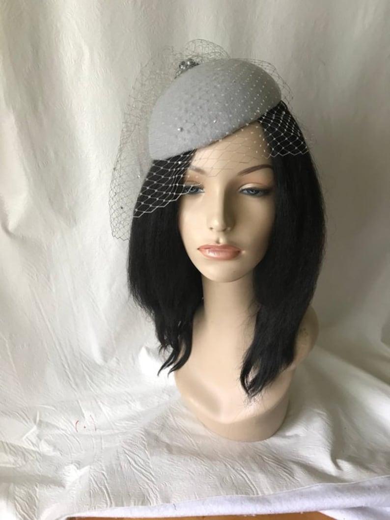 28be766556c2 Cappello di fascinator grigio con velo Abiti da sposa grigio