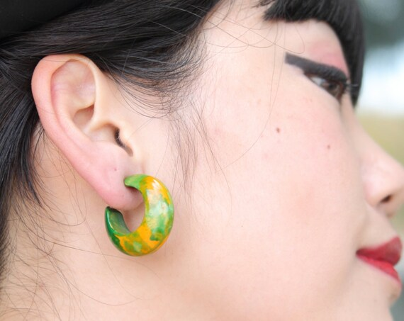 Vibrant end of day bakelite swirled hoop earrings, grass green and orange, clip on, W 1 1/4